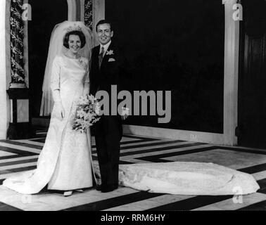 Beatrix, * 31.1.1938, Queen of the Netherlands 30.4.1980 - 30.4.2013, full-length, with prince Claus, their wedding, Westerkerk, Amsterdam, 10.3.1966, Additional-Rights-Clearance-Info-Not-Available - Stock Photo