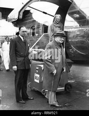 Churchill, Winston, 30.11.1874 - 24.1.1965, British politician (Cons.), Prime Minister 26.10.1951 - 7.4.1955, with wife Clementine at Heathrow Airport, before departure for the holiday in Southern France, 9.12.1952, Additional-Rights-Clearance-Info-Not-Available - Stock Photo