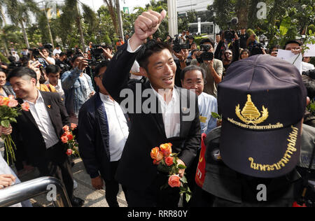 Bangkok, Thailand. 27th Feb, 2019. Future Forward Party leader Thanathorn Juangroongruangkit seen gestures to his supporters as he arriving at the Office of the Attorney General in Bangkok. Future Forward Party leader facing charges over anti-junta speech posted earlier on his Facebook page less than a month before long postponed Thailand's national election day. Credit: Chaiwat Subprasom/SOPA Images/ZUMA Wire/Alamy Live News - Stock Photo