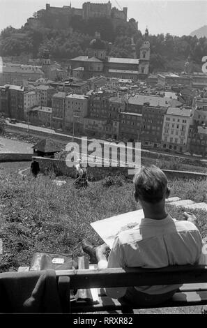 Austria - Österreich 1957, Blick vom Kapuzinerberg auf den Dom (im Vordergrund) und die Festung Hohensalzburg (im Hintergrund)