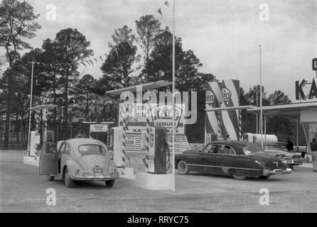 VW Beetle - VW Käfer unterwegs  -  An der Tankstelle  -  XVII - Stock Photo