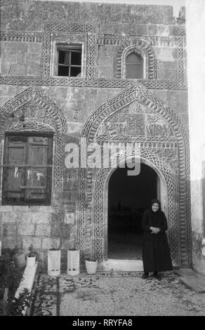 Griechenland, Greece - Eine Frau vor der Eingangstür zu ihrem Haus auf Rhodos, Griechenland, 1950er Jahre. A woman at the entrance to her house on Rhodos, Greece, 1950s. - Stock Photo