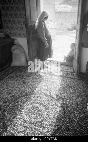 Griechenland, Greece - Eine Frau in der Diele ihres Hauses auf Rhodos, Griechenland, 1950er Jahre. A woman at the entrance of her house at Rhodos, Greece, 1950s. - Stock Photo