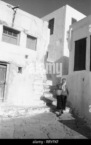 Griechenland, Greece - Eine Frau macht sich auf den Weg zum Einkaufen in Griechenland, 1950er Jahre. A woman goes out for shopping in Greece, 1950s. - Stock Photo