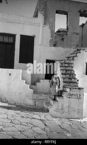 Griechenland, Greece - Eine Frau geht eine Treppe hinunter auf die Straße in Griechenland, 1950er Jahre. A woman going downstairs to the street in Greece, 1950s. - Stock Photo