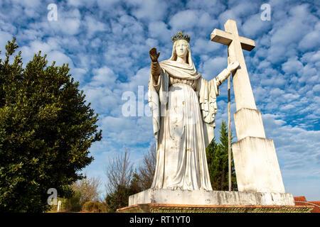 Statue de la Vierge Marie et croix surplombant la ville historique de Moissac, Tarn et Garonne, France 82 Europe