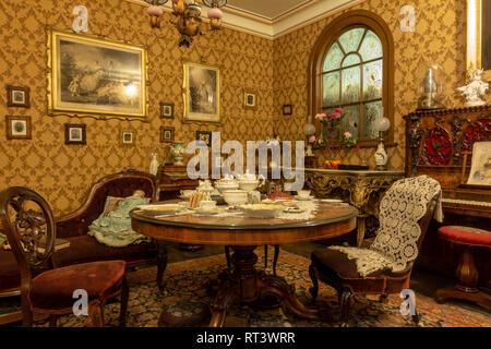 A middle class Victorian Parlour Room (c 1870s), York Castle Museum, York, Yorkshire, UK. - Stock Photo