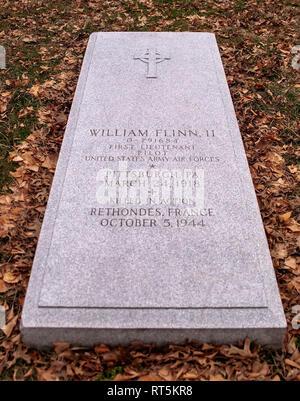The grave marker of William Flinn II, an Army Air Force pilot KIA over Rethonendes, France in 1944 during World War 2. Buried in Pittsburgh, PA, USA - Stock Photo