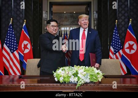 Beijing, China. 12th June, 2018. Top leader of the Democratic People's Republic of Korea (DPRK) Kim Jong Un (L) shakes hands with U.S. President Donald Trump during the signing ceremony of a joint statement in Singapore on June 12, 2018. Credit: Ministry of Communication and Information of Singapore/Xinhua/Alamy Live News - Stock Photo
