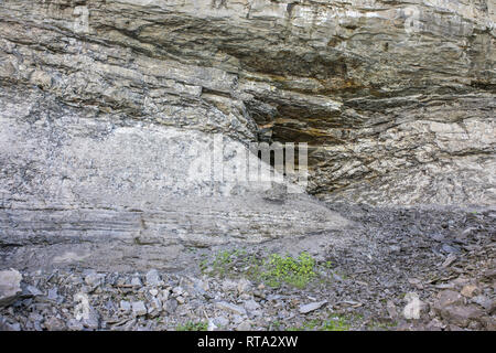 The rock layers towards Horseshoe Fall. The Niagara district sedimentary deposits include: sandstone, shale marine and limestone - Stock Photo