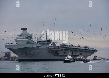 Royal Navy HMS Queen Elizabeth flagship aircraft carrier on deployment from Portsmouth. - Stock Photo