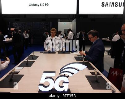 Barcelona, Spain. 26th Feb, 2019. Samsung presents its Galaxy S10 5G cellphone at Mobile World Congress (MWC 2019) in Barcelona, Spain, Feb. 26, 2019. The four-day MWC 2019 presents the newest 5G products of the high-tech giants from around the world. Credit: Guo Qiuda/Xinhua/Alamy Live News - Stock Photo