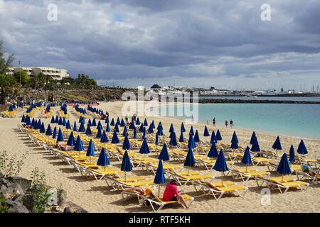 Strand in Playa Blanca, Liegen und Sonnenschirme, Lanzarote, Kanarische Inseln - Stock Photo
