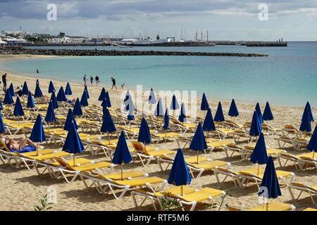 Strand in Playa Blanca, Liegen und Sonnenschirme, Lanzarote, Kanarische Inseln, Spanien, Europa - Stock Photo