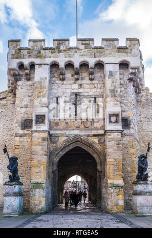 The historic medieval Bargate in the city walls of Southampton. - Stock Photo