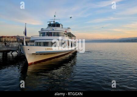 Schiff der Limmat-Schifffahrt auf dem ZŸrichsee am Anleger Limmatquai - Stock Photo