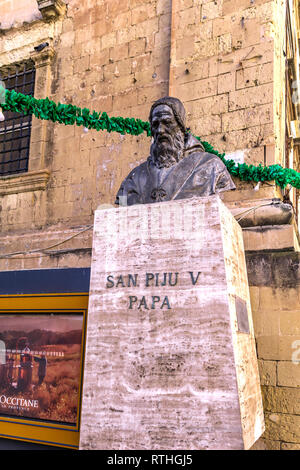 Malta, Valletta: Monument dedicated to Pope Saint Pius V, 1504-1572, a patron saint of Malta. - Stock Photo