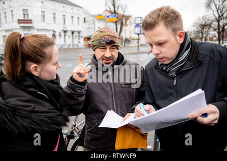 Berlin, Germany. 03rd Mar, 2019. Franziska (l-r), Sascha and Björn discuss their route at the meeting point for a search for the missing Rebecca in Berlin-Buckow. At the meeting point to the search 10-15 people appeared, a part set off with the bicycle. The 15-year-old has been missing every trace of her for almost two weeks. Credit: Christoph Soeder/dpa/Alamy Live News - Stock Photo