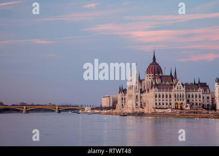 Sunset at the Hungarian Parliament seen across the Danube in Budapest, Hungary. - Stock Photo