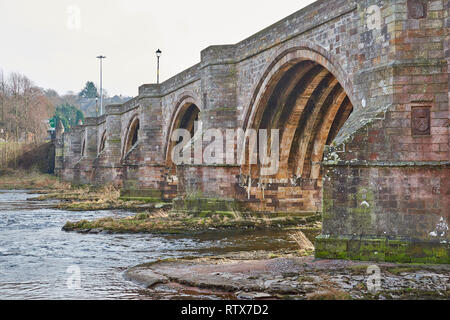 BRIDGE OF DEE A90 ROAD OVER RIVER DEE ABERDEEN SCOTLAND THE ARCHES OF THE OLD BRIDGE - Stock Photo