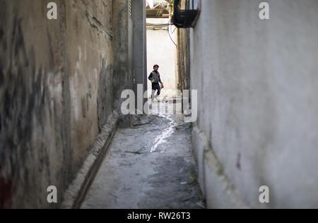 Gaza City, The Gaza Strip, Palestine. 4th Mar, 2019. Palestinian child near their house in the Jabalya refugee camp in the northern Gaza Strip in March 2019. Credit: Mahmoud Issa/Quds Net News/ZUMA Wire/Alamy Live News - Stock Photo