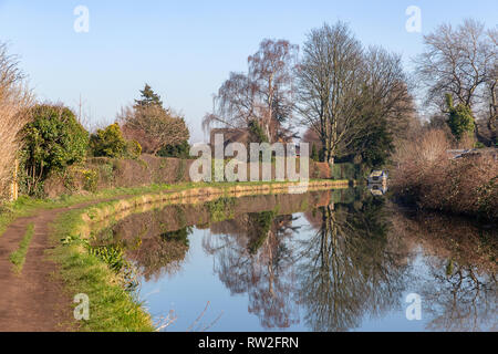 A sunny day along the towpath of the Bridgewater Canal, Warrington, Cheshire, England, UK - Stock Photo