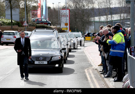 Members of the public applaud as the Gordon Banks funeral cortege passes by the bet365 Stadium, Stoke. - Stock Photo