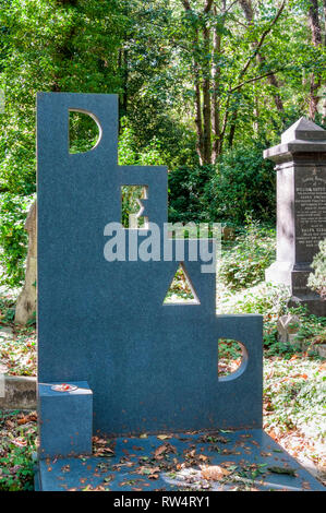The grave of the artist Patrick Caulfield in Highgate Cemetery, London. - Stock Photo