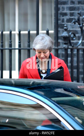Prime Minister Theresa May leaving 10 Downing street shortly before the Budget, 29th October 2018 - Stock Photo