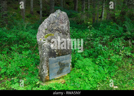 Austria, Plockenpass, Mauthen village. Plate in memory of the mountain rescue doctor Ernst Steinwender who since 1970 contributed to the restoration of the Alpine paths of the Carnic Alps. Sentiero della Pace (English : Path of Peace) - Stock Photo