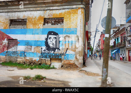 Communist painting of Hasta Siempre Che Guevara in Havana,Cuban flag and Che Guevara painted on a grunge old wall in Havana - Stock Photo