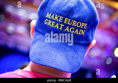 06 March 2019, Bavaria, Dingolfing: A man is wearing a baseball cap with the inscription 'Make Europe Great Again' at the FDP Political Ash Wednesday. Photo: Sina Schuldt/dpa - Stock Photo