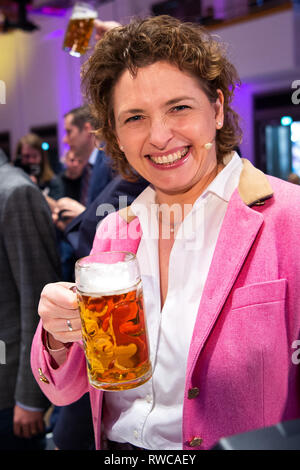 06 March 2019, Bavaria, Dingolfing: Nicola Beer, the FDP's top candidate in the European elections, is holding a beer in the hands of the FDP at the Political Ash Wednesday. Photo: Sina Schuldt/dpa - Stock Photo