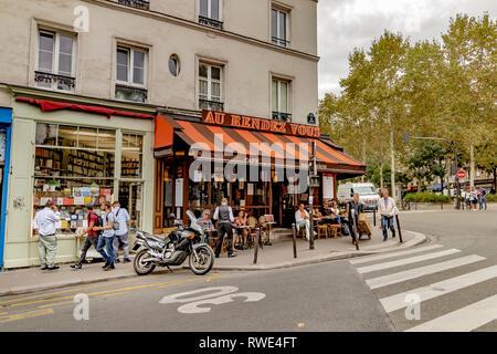 People having lunch outside Au Rendez-Vous des Artistes a restaurant cafe on Boulevard de Clichy , Paris , France - Stock Photo