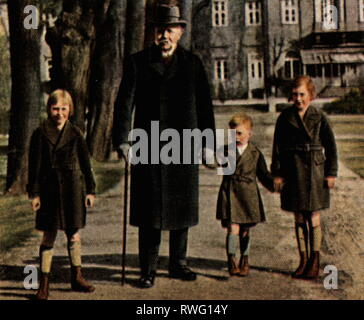 Hindenburg, Paul von, 2.10.1847 - 2.8.1934, German general and politician, President of the Reich 12.5.1925 - 2.8.1934, full length, at his 85th birthday, with three of his grandchildren, garden of the Palais of the President of the Reich, Berlin, 2.10.1932, coloured photograph, cigarette card, series 'Die Nachkriegszeit', 1935, Additional-Rights-Clearance-Info-Not-Available - Stock Photo