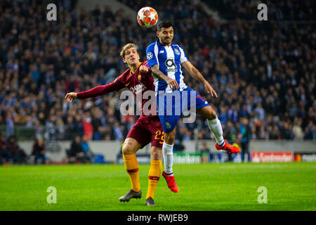 Porto, Portugal. 06th Mar, 2019. FC Porto's player Fernando (R) vies for the ball with AS Roma's player Nicolò Zaniolo (L) during the match for the UEFA Champions League round 16th 2nd leg at Dragon Stadium in Porto, Portugal Credit: Diogo Baptista/Alamy Live News - Stock Photo
