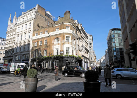 A view of taxi & pedestrians walking near the Sugar Loaf pub on Cannon Street and Queen Street at lunchtime in City of London England UK  KATHY DEWITT - Stock Photo