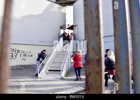 Foto LaPresse - Alessandro Pone 07 Marzo, Napoli (Italia) Cronaca Fortuna Bellisario, 36 anni, trovata morta sul pavimento del suo appartamento al Parco la Quadra, nel quartiere Miano, alla periferia Nord di Napoli. Il marito confessa di averla picchiata.  Photo Lapresse Alessandro Pone 07 march, Napoli news Fortuna Bellisario, 36, found dead on the floor of her apartment in Parco la Quadra, in the Miano district, on the northern outskirts of Naples. - Stock Photo