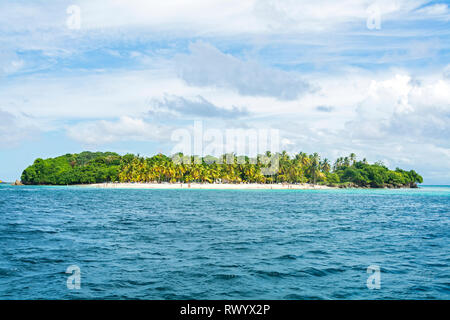 Cayo Levantado, also known as «Bacardi Island», is an islet in the bay of Samaná, which belongs administratively to the Province of Samaná, northeast  - Stock Photo