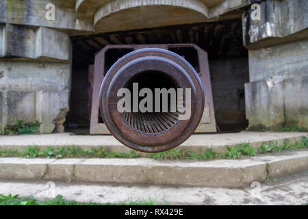 A 150mm gun in one of the four casements of the Longues-sur-Mer Battery, situated west of Arromanches-les-Bains in Normandy, France. - Stock Photo