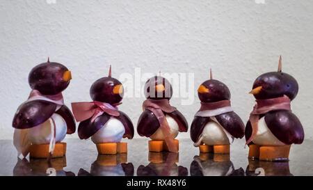 essbare Pinguine aus Trauben, Käse und Karotten - Stock Photo