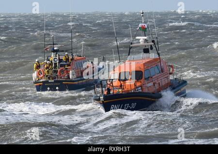Sunday 10th MArch 2019, Barmouth, Gwynedd, North Wales   Barmouth's  brand new RNLI Shanon Lifeboat the Ella Larsen arives at Barmouth with the old ( ALB) Moira  Barrie by its side to the left.   PIcture Erfyl Lloyd Davies Photography Credit: Erfyl Lloyd Davies/Alamy Live News - Stock Photo