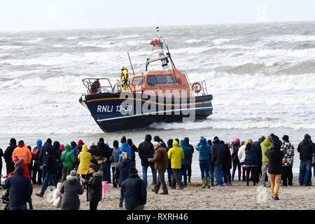 Sunday 10th March 2019, Barmouth, GWynedd,  North Wales.   Crowds turn out to see Barmouth's  brand new RNLI Shanon Lifeboat the Ella Larsen arive at Barmouth.  PIcture Erfyl Lloyd Davies Photography Credit: Erfyl Lloyd Davies/Alamy Live News - Stock Photo