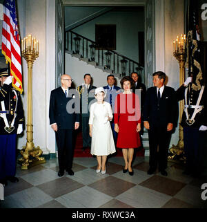 Luncheon in honor of Urho Kekkonen, President of Finland. Front row (L - R): President Kekkonen; Sylvi Kekkonen, wife of President Kekkonen; First Lady Jacqueline Kennedy; President John F. Kennedy. Second row (L - R): Military Aide to the President General Chester V. Clifton; Air Force Aide to the President Brigadier General Godfrey T. McHugh; Naval Aide to the President Captain Tazewell Shepard, Jr. Grand Staircase, Entrance Hall, White House, Washington, D.C., October 1961 - Stock Photo