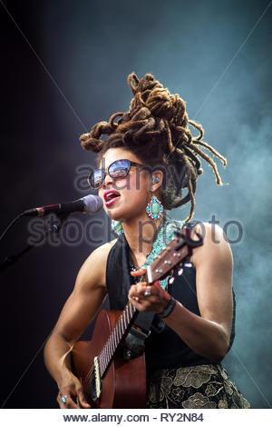 VALERIE JUNE performing live, 13 juillet 2014 - Stock Photo