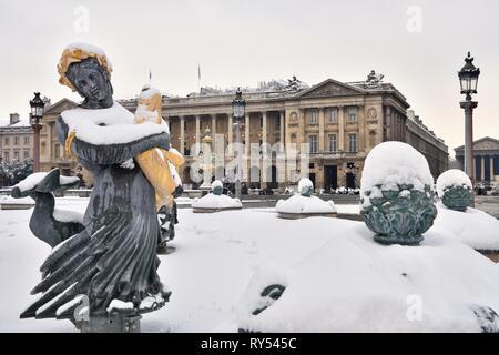 France, Paris, Place de la Concorde, Fountain of the Rivers and hotel Crillon in winter - Stock Photo