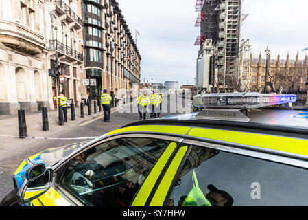 Suspicious car parked outside New Scotland Yard police headquarters Westminster, London, UK caused the police to lockdown and evacuate area - Stock Photo