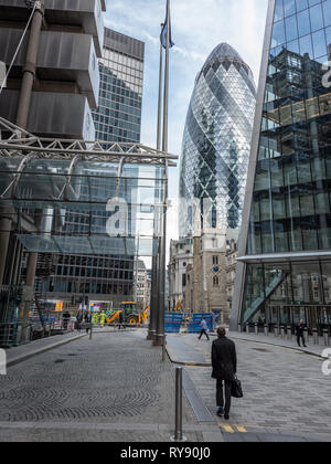 30 St Mary Axe (the 'Gherkin') looms over the bell tower of St Andrew Undershaft church. - Stock Photo