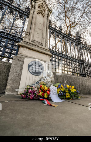 Memorial stone for PC Keith Palmer GM, a police officer killed by a terrorist in the grounds of the Palace of Westminster. Flowers and cards - Stock Photo