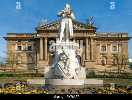BRD, Hessen, Wiesbaden, Statue von Friedrich von Schiller vor dem Hessischen Staatstheater, erbaut 1894 von den Wiener Architekten Fellner und Helmer - Stock Photo